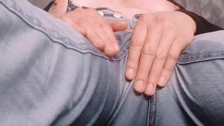 Szexi nagy cicis csaj farmer nadrágjába pisilve masztizik
